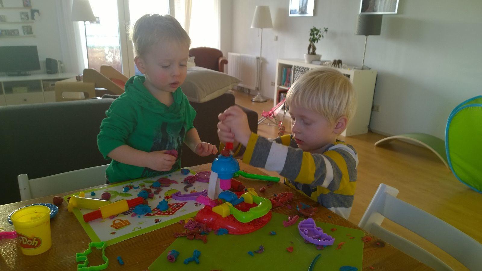 spelen met een nieuwe Playdoh koekjesmachine